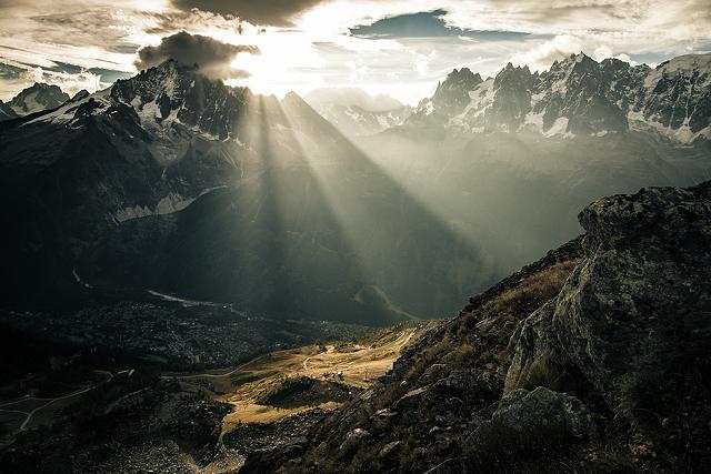 sunlight-in-mountain-valley-6016x4016_19822